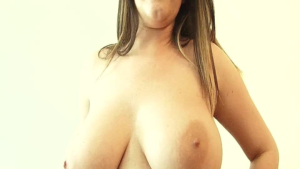 Teen zeigt große Titten